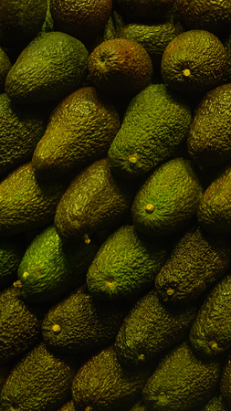 Avocado at a farmers market row background Banque d'images - 118171881
