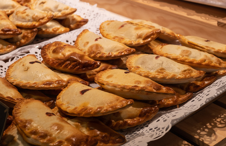 Close up of traditional fried Spanish and Argentine empanadas at a street food market in spain Banque d'images - 118171884