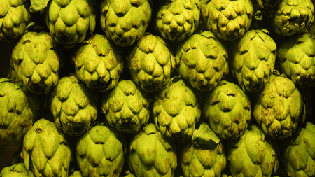 Background of fresh artichokes market green row Banque d'images - 118171958