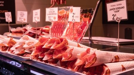 Boqueria market, jamon and sausages on the counter of the Spanish market Banque d'images - 118172091