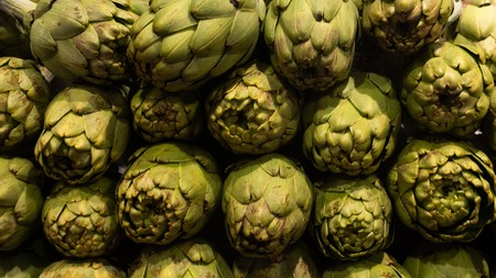 Bright Green Fresh Artichokes rows on market Banque d'images - 118172093