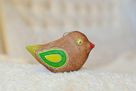 trabajo manual: el juguete de un p�jaro marr�n del trabajo hecho a mano con las alas verdes