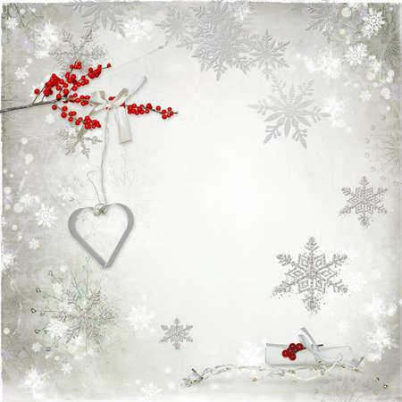 eberesche: auf hellem Hintergrund verschiedene Schneeflocken und rote Vogelbeeren Zweig