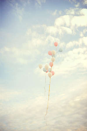 Palloncini volare sul cielo contro nuvole