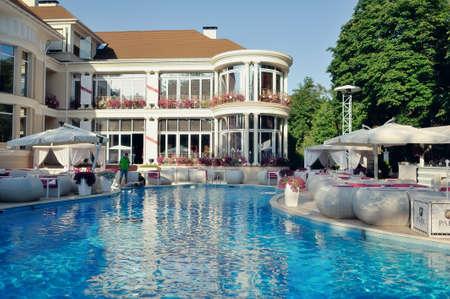 주위 좌석과 수영장 깨끗하고 맑고 푸른 물 에디토리얼