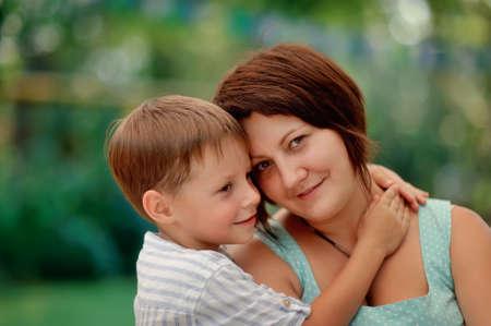 mujer sola: Retrato de una madre afectuosa y cari�osa besa a su hijo beb�