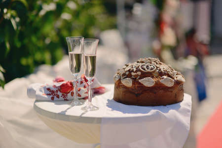 spacing: white round spacing wedding loaf and two glasses of champagne Stock Photo
