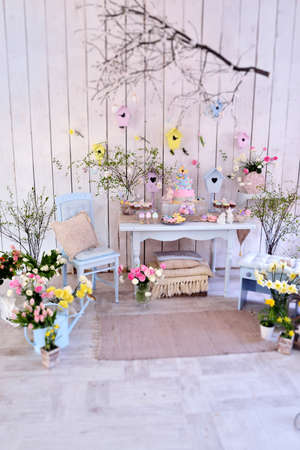Easter decorations in the room in pastel colors, flowers, eggs, rabbits Standard-Bild