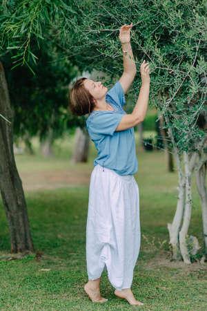 05cd11dcc En El Parque Bajo Un árbol Posando Una Mujer En Una Falda Azul Y ...