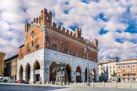 gotico: Piacenza, Italia. Piazza Cavalli (caballos cuadrados) y el palacio Gotico (palacio gótico) en el centro de la ciudad Foto de archivo