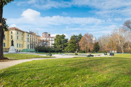 밀라노, 이탈리아. 밀라노 시내 Indro Montanelli 공공 정원 (또는 베네치아 항구 또는 팔레스 트로 정원). 궁전 Dugnani의 분수와 대형 도시 공원 스톡 콘텐츠