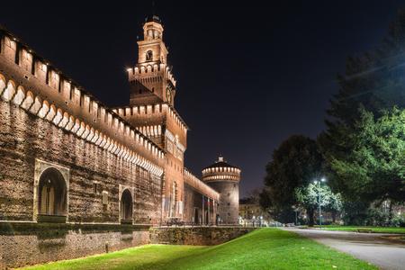 Milaan, Italië. Openbaar voetpad voor de hoofdingang van het castello Sforzesco (kasteel Sforza) (14 - 15e eeuw), in de avond. Het kasteel Sforza is een van de monumenten symbool van Milaan Stockfoto