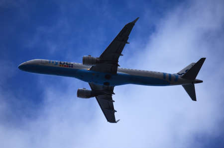 Blue and White Commercial Airplane Flying Left in Low Altitude Editöryel