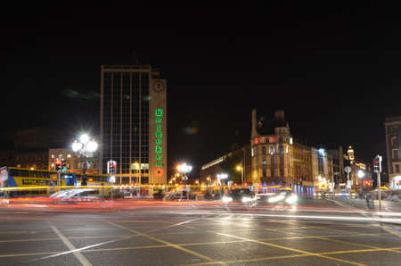 Lange blootstelling van O'Connell Bridge Street View at Night in Dublin, Ierland Redactioneel