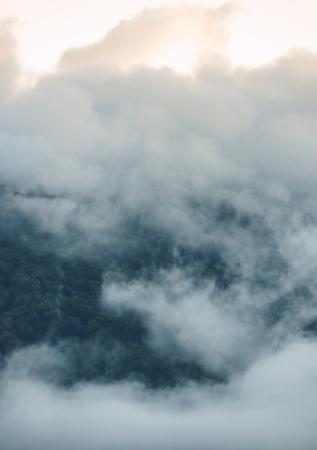 desolaci�n: Nubes beautifol encima de la monta�a en la salida del sol por la ma�ana