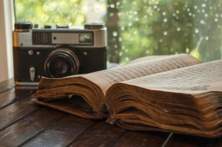 kuran: Retro macchina fotografica e vecchio libro su tavola di legno