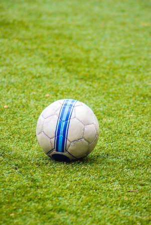 ballsport: Soccer ball on the green grass ground