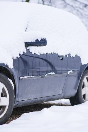차가운 겨울 눈 덮인 하루에 눈이 질감 아래 자동차의 측면보기. 스톡 콘텐츠