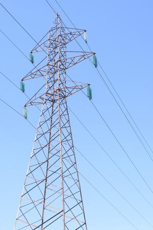 Pylône énergétique de tour de transmission électrique haute tension. Fades perspective Banque d'images