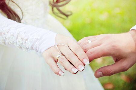 Groom mettant une bague de mariage au doigt de la mariée