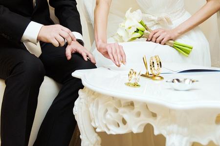 Bride and groom signing wedding documents  版權商用圖片