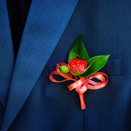 Mariage boutonni�re sur la veste de costume de mari� photo