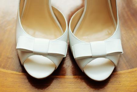 Chaussures de mariage élégant sur fond gris dégradé
