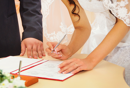 Mariée signature licence de mariage ou un contrat de mariage