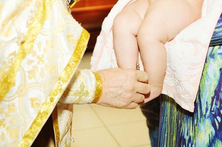 pila bautismal: Dulce bebé durante el bautizo de procedimiento en la iglesia