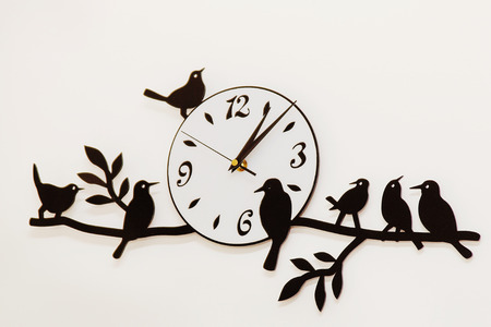 mur noir: white and black wall clock with birds Banque d'images