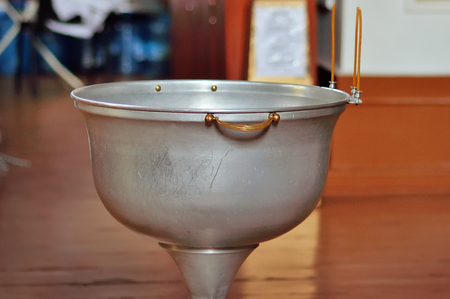 pila bautismal: Fuente para el bautismo de los niños en la Iglesia ortodoxa.