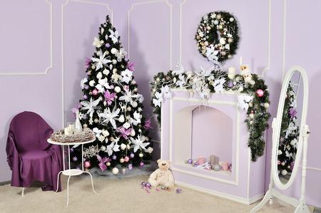 Decorado sala de Natal com linda árvore de abeto Foto de archivo - 83561638