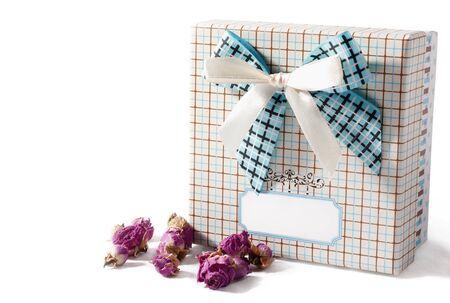 flores secas: Caja de regalo y flores secas sobre un fondo blanco, el lugar de texto