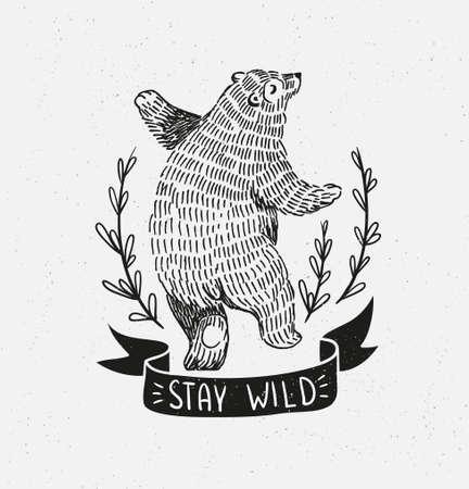 """Hand gezeichneter tanzender Bär. Vector Skizzenillustration mit stilvoller Beschriftung """"bleiben Sie wild"""" Vektorgrafik"""