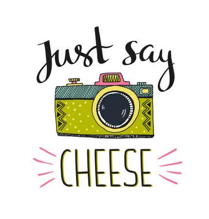 세련 된 글자와 레트로 사진 카메라 - 그냥 치즈를 말한다. 벡터 손으로 그린 그림입니다. 당신의 티셔츠 디자인을 위해 인쇄하십시오. 일러스트