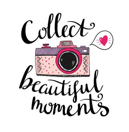 Cámara de fotos retro con letras elegantes - Recoge hermosos momentos. Vector dibujado a mano ilustración. Imprime para tu diseño. Foto de archivo - 77529417