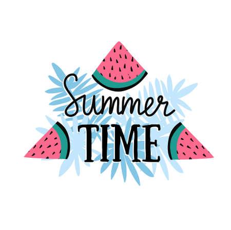 """Vector de zomerachtergrond met hand getrokken plakken van watermeloen, palmbladen en met de hand geschreven tekst de """"Zomertijd"""". Heldere poster met letters en tropische aard. Stock Illustratie"""