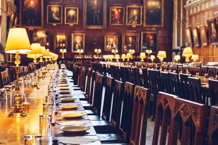 Tische in der Great Hall of Christ Church, Universität Oxford, England. Die Halle wurde in Filmstudios als Speisesaal der Harry Potter-Schule in Hogwarts nachgebildet.