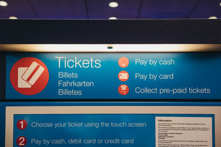 Self-service ticket machine inside Kings Cross station, one of the largest railway stations in London and a significant transport hub. 新聞圖片