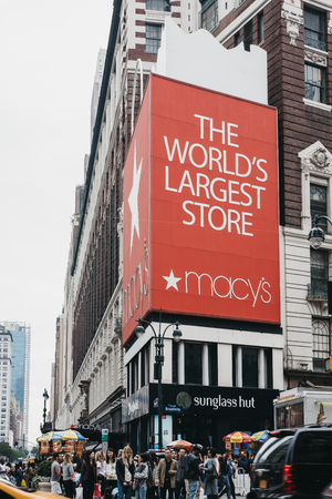 New York, USA - May 29, 2018: People walking on a street in from of Macys in Manhattan, New York, the worlds largest department store. 報道画像