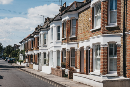 London, UK - August 1, 2018: Row of typical British terraced houses in Barnes, an affluent residential area of London famous for its village atmosphere. Stockfoto - 114644386