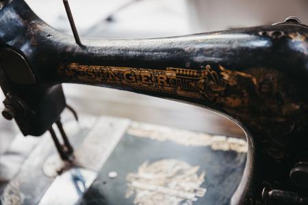 London, UK, 3. Januar 2018: Nahaufnahme einer Vintage Singer Nähmaschine. Singer wurde 1851 gegründet und steht seit über 160 Jahren für Nähen.