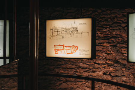 Vianden, Luxembourg - May 18, 2019: Display of historic map of Vianden Castle, Luxembourg, one of the largest and finest feudal residences of the Roman and Gothic eras in Europe. Banque d'images - 124585215
