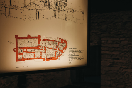 Vianden, Luxembourg - May 18, 2019: Display of historic map of Vianden Castle, Luxembourg, one of the largest and finest feudal residences of the Roman and Gothic eras in Europe. Banque d'images - 124585216