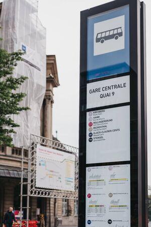 La ville de Luxembourg, Luxembourg - 19 mai 2019 : vue en contre-plongée d'un panneau indiquant les itinéraires et les directions à un arrêt de bus à l'extérieur de la Gare de Luxembourg, la principale gare ferroviaire desservant la ville.