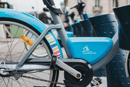 Luxemburg-Stadt, Luxemburg - 19. Mai 2019: Veloh Elektro-Pedal-unterstützte Leihfahrräder auf einer Straße in Luxemburg-Stadt. Es gibt mehr als 100 Dockingstationen in der Stadt und Umgebung Editorial