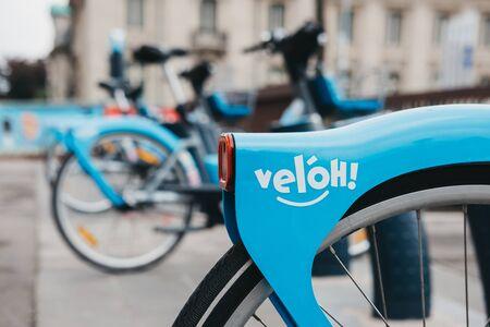 Luxemburg-Stadt, Luxemburg - 19. Mai 2019: Veloh Elektro-Pedal-unterstützte Leihfahrräder auf einer Straße in Luxemburg-Stadt. Es gibt mehr als 100 Dockingstationen in der Stadt und Umgebung