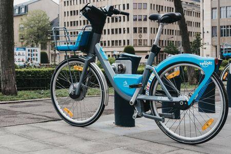 Luxemburg-Stadt, Luxemburg - 19. Mai 2019: Veloh Elektro-Pedal-unterstütztes Mietfahrrad auf einer Straße in Luxemburg-Stadt. Es gibt mehr als 100 Dockingstationen in der Stadt und Umgebung