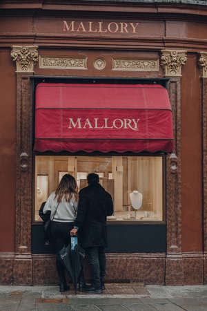 Bath, UK - October 04, 2020: Couple looking at window display of Mallory jewellery store in Bath, the largest city in the county of Somerset, England, known for and named after its Roman-built baths. Sajtókép