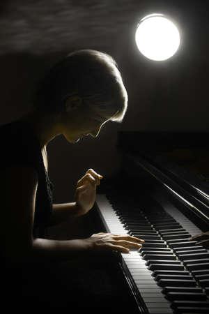 piano de cola: M�sico pianista de m�sica tocar el piano. Instrumentos musicales de piano de cola con el artista mujer hermosa. Foto de archivo
